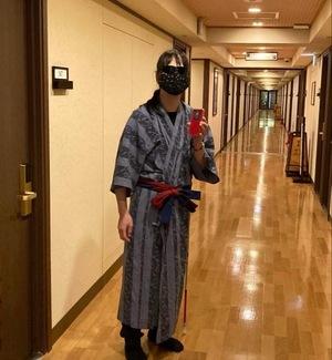浴衣を着て廊下を歩いてます。