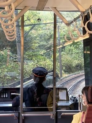 車掌席の後ろから撮影 先頭の大きな窓から線路が見えてます。